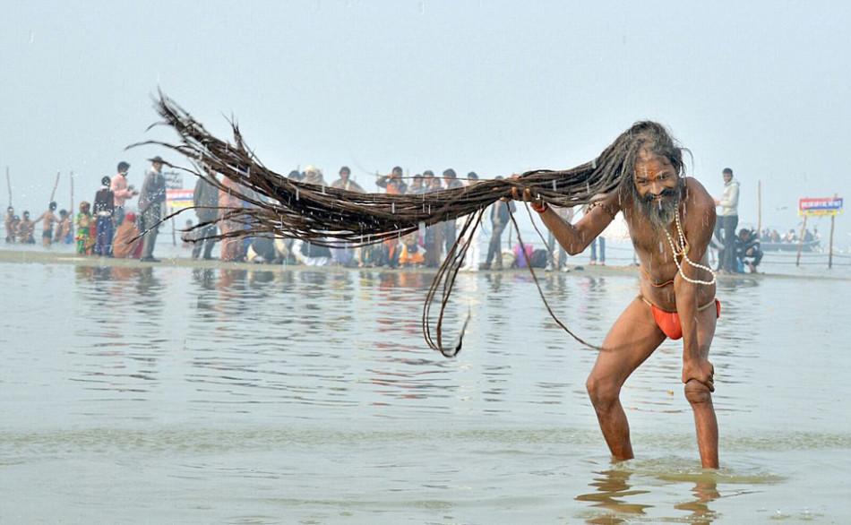 印度教圣僧恒河沐浴庆佛浴节 甩动3米长发图片