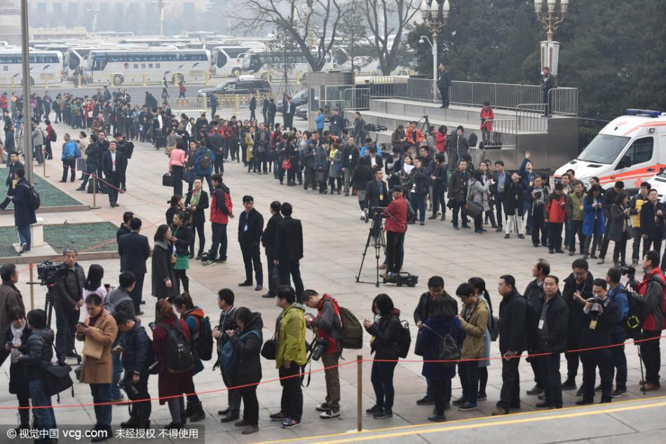 2016两会:记者排队等候入场 蜿蜒好似长龙