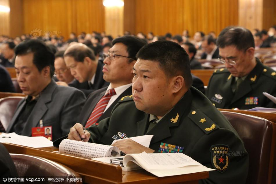 毛新宇参加两会 随身携带书籍记笔记