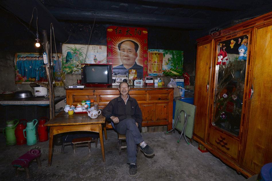 妻子和子女却都在外地务工,全年的收入勉强生活.客厅的墙壁上张