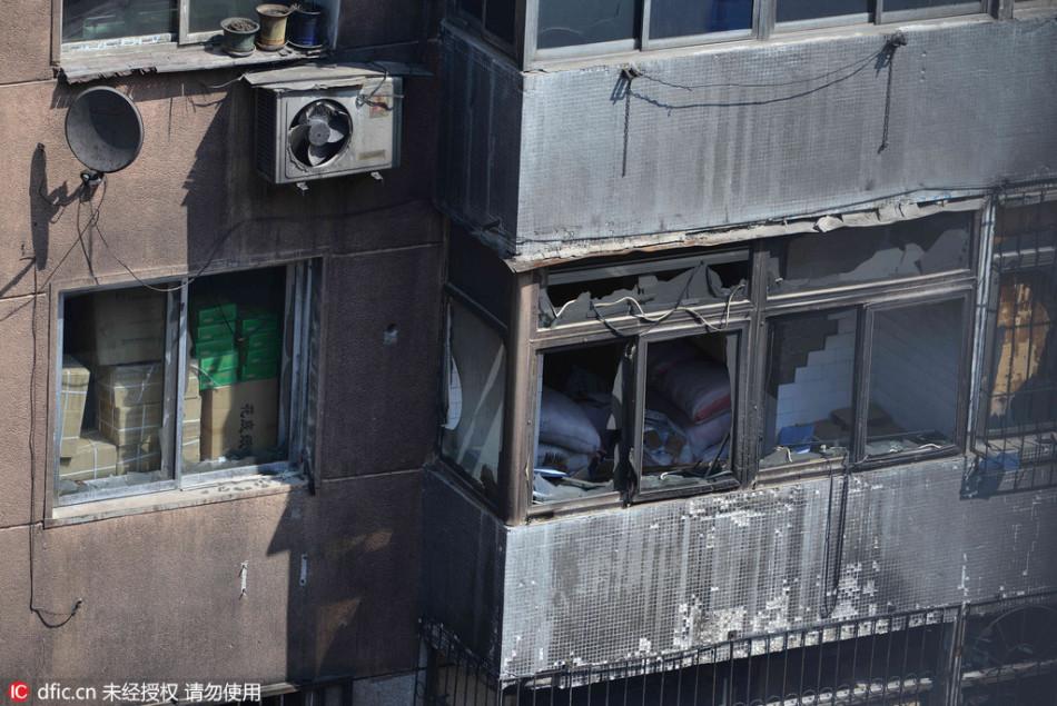 述,事发地点是南塔一居民楼对面的库房,浓烟不断上窜,烟雾缭图片