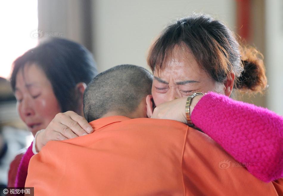 戒毒学员与母亲抱头痛哭. 图片来源:视觉中国-戒毒学员为母亲洗脚