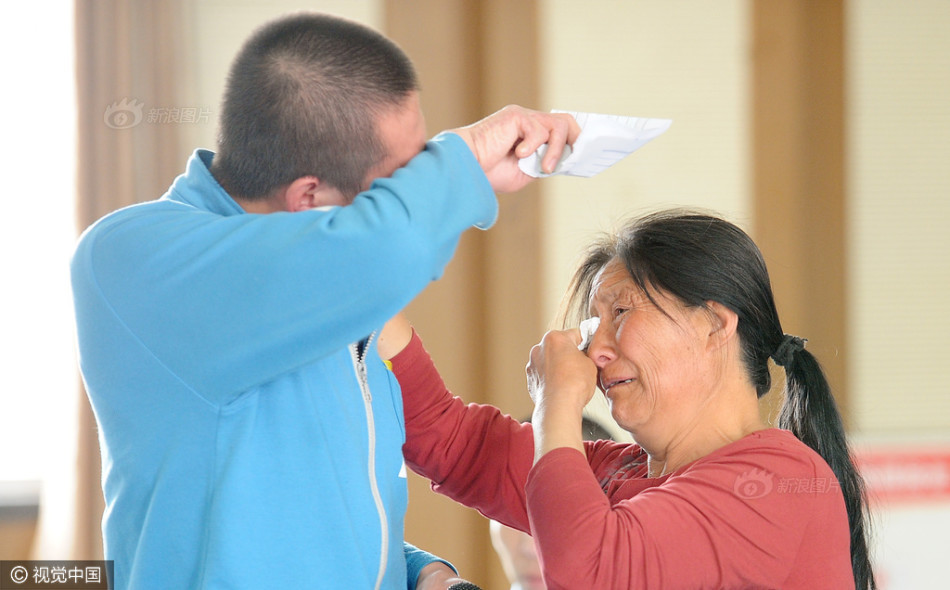 学员与母亲泪流满面. 图片来源:视觉中国-戒毒学员为母亲洗脚 母子
