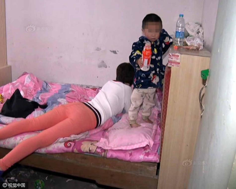 时有一名自称是孩子母亲的女子已经待在屋里,她自顾自地玩着手