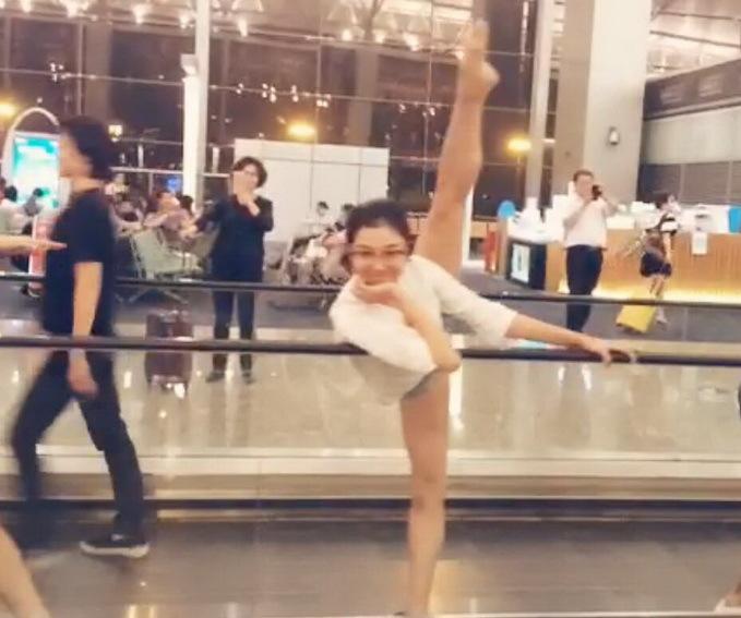 因飞机晚点 舞团候机厅里跳芭蕾