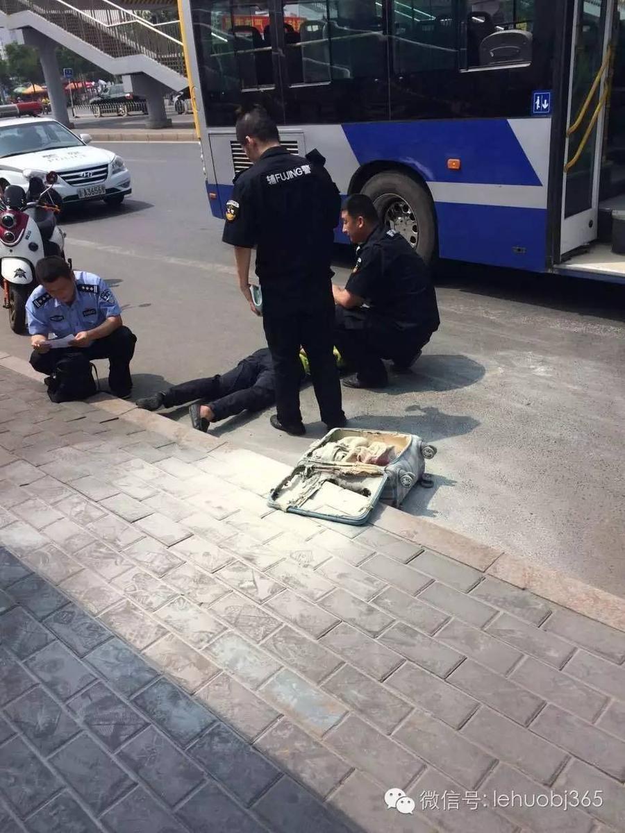 北京男子携汽油公交上纵火被当场制服