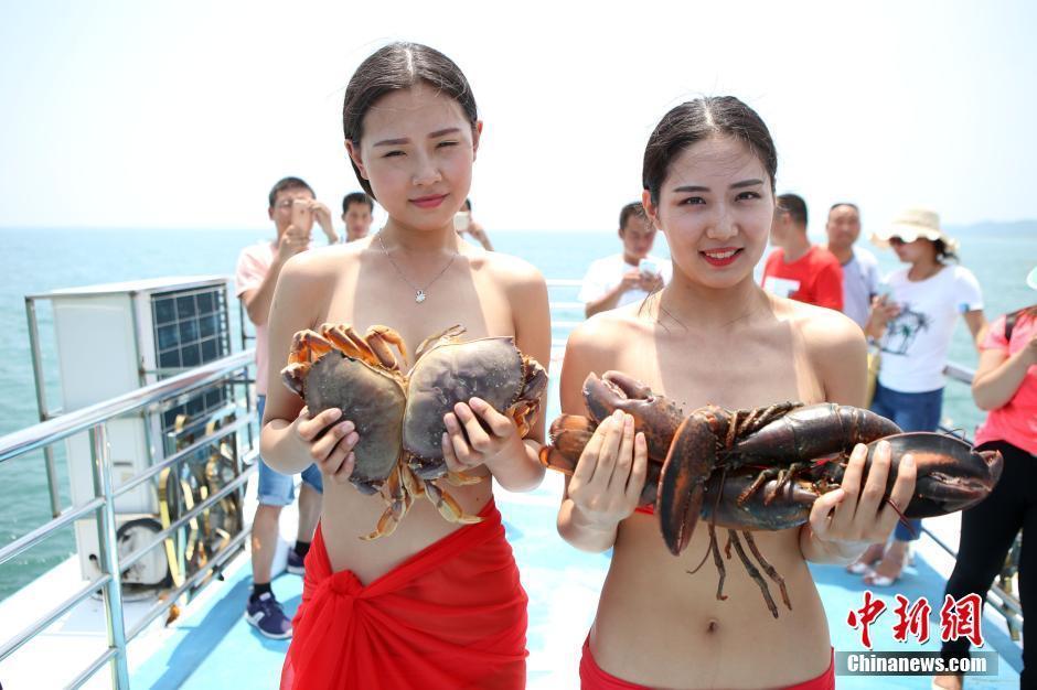 河南美女拍另类大胆裸体写真 水生物遮胸引围观现场组图