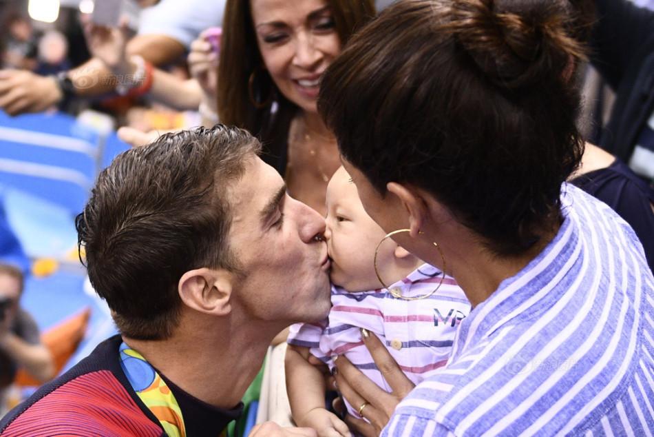 菲尔普斯领奖后第一时间冲向家人,亲吻自己的宝贝儿子布默.