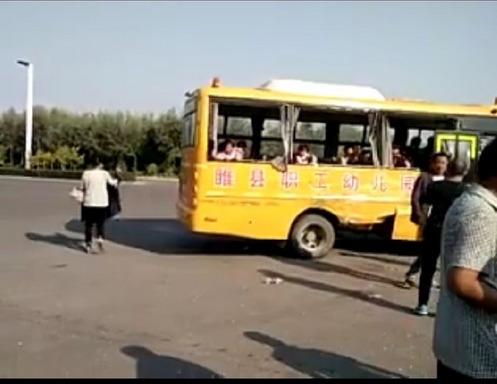 河南商丘幼儿园校车与货车相撞瞬间