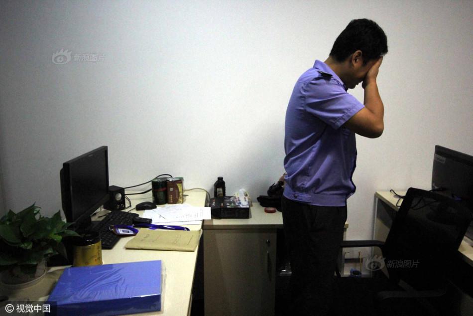 城管队长被刺死后 同事在办公室哭泣