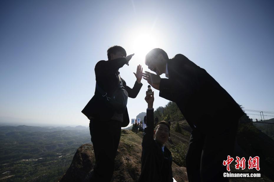 """,两位单身人士站在悬崖边呐喊.当日,正值""""光棍节"""",一些情侣"""