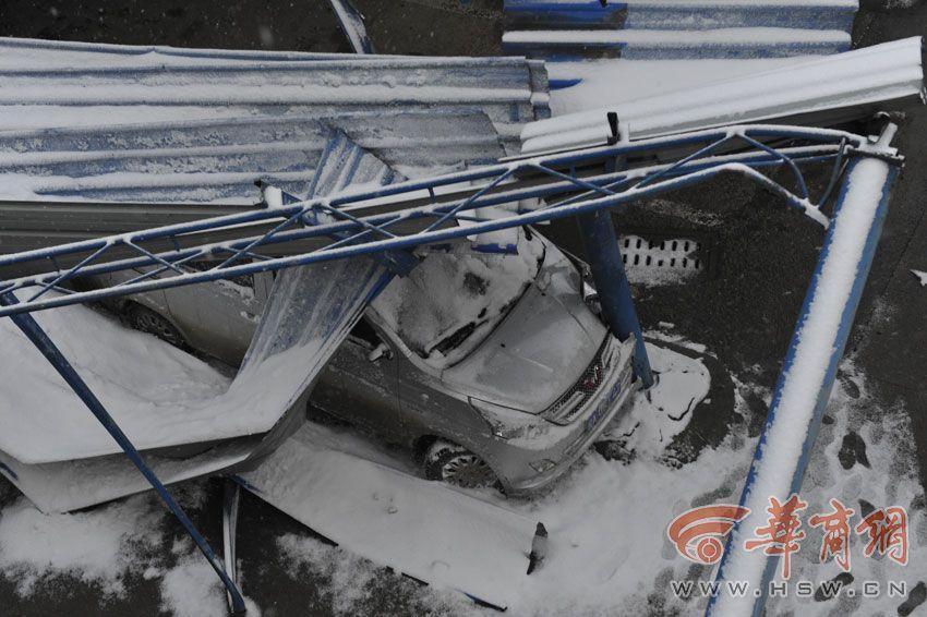 西安菜市场大棚被大雪压塌 3人被埋