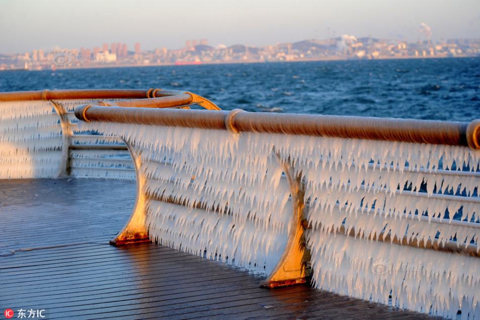 o海岸护栏现两公里冰凌奇观 辽宁大连,东港沿海护栏凝结的冰凌被