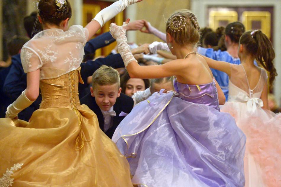 俄罗斯举办传统圣诞舞会 美女如云颜值高图片