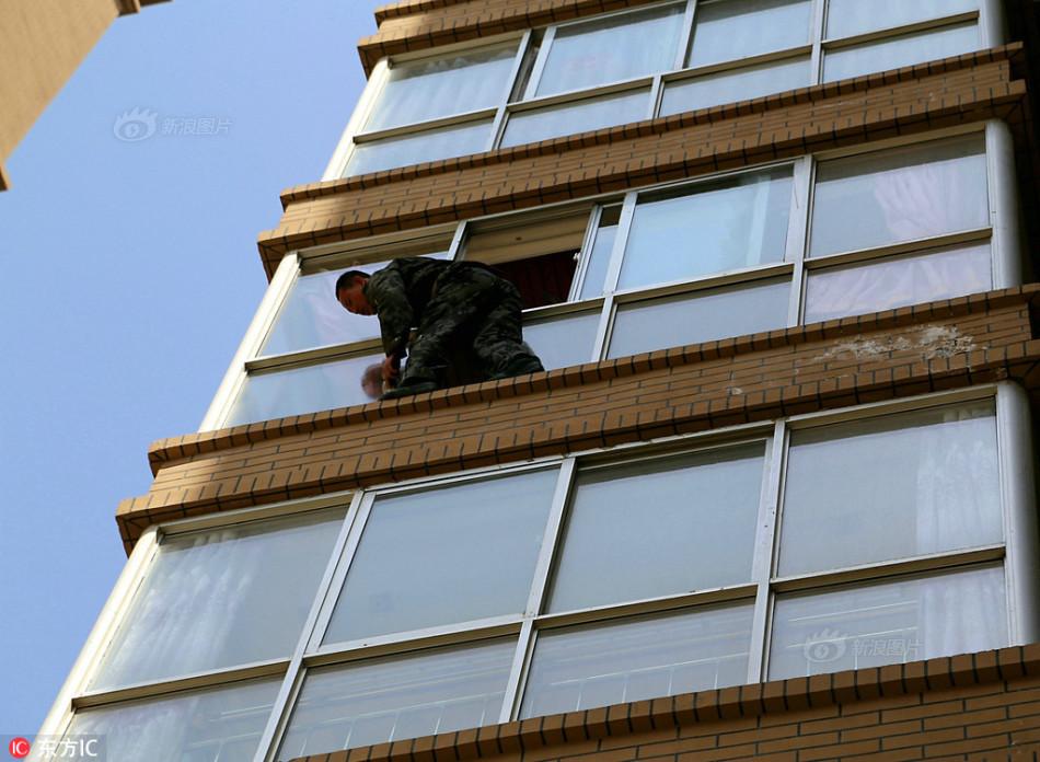"""泾川城市""""蜘蛛人""""给高楼擦玻璃 月入2万"""
