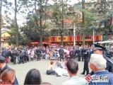 城管与残疾小贩当街起冲突 上千人围观