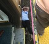 美国一女子被挤下火车