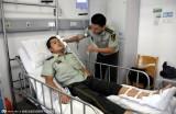 广西一男子跳楼 民警徒手接住受伤