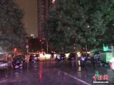 北京遭暴雨袭城 部分路段积水严重