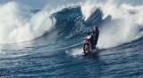 澳洲车手骑摩托车冲浪