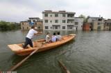村庄被淹后村民乘船出行