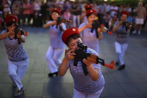 北京大妈跳打鬼子广场舞走红 粉丝要求返场跳(图)