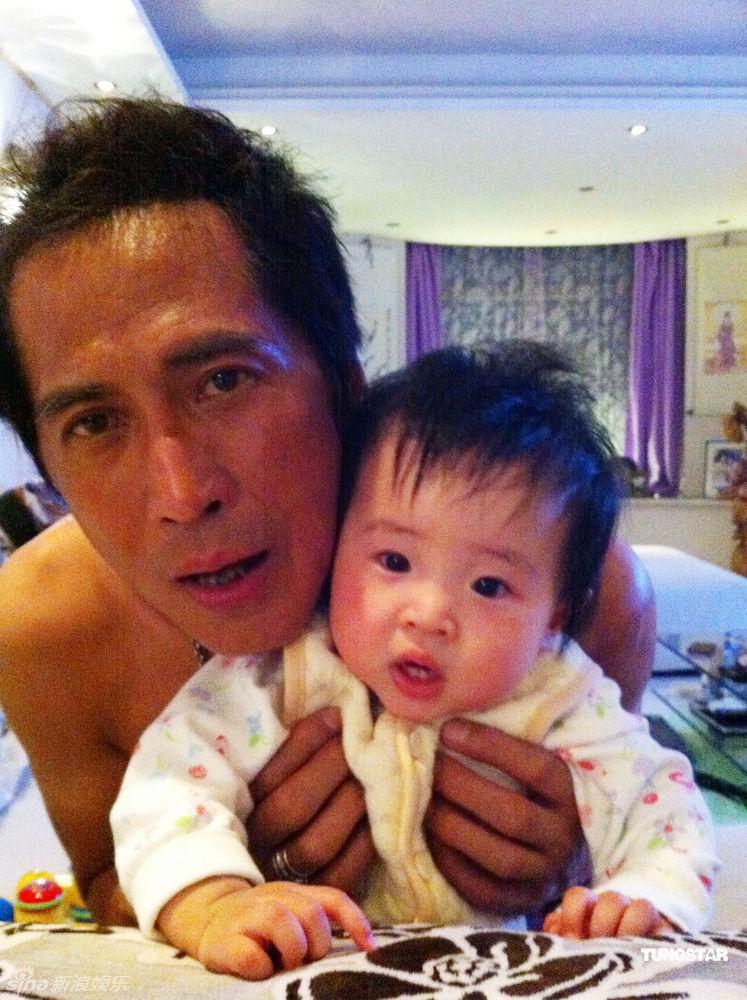 中华儿女一起赞美主歌曲歌谱-台湾歌手齐秦去年九月因拔火罐不慎烧伤,经过四个月治疗终于公开露