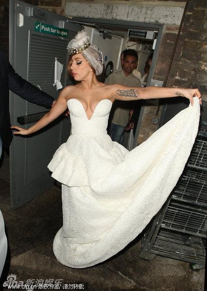 一身白色的爆乳婚纱装亮相伦敦,表示是要向已经去世的戴安娜王妃