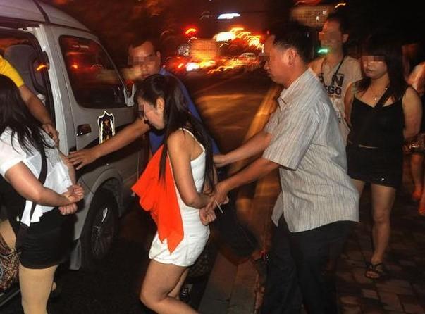 记者暗访站街女 提供色情服务图片