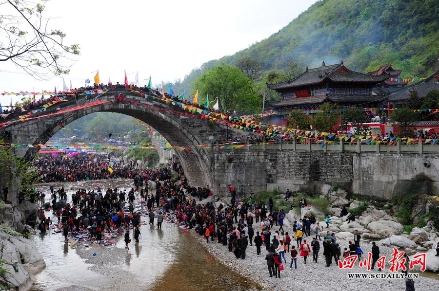 的巨型单孔弧形大拱桥——太平桥上,或夫妻祈求白头偕老;或农户