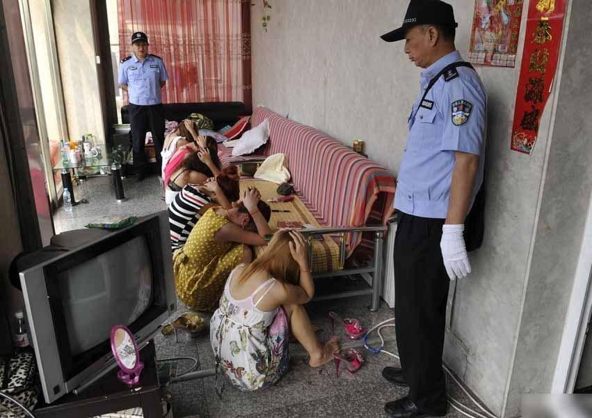 深圳警方凌晨扫黄带走69人 卖淫女坐满篮球场