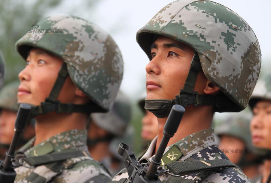 受阅部队再出训练帅照 女汉子敢和男兵掰手腕图片