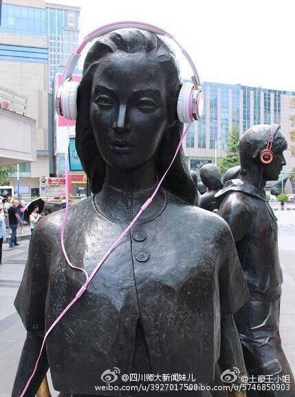 成都春熙路雕塑戴耳机