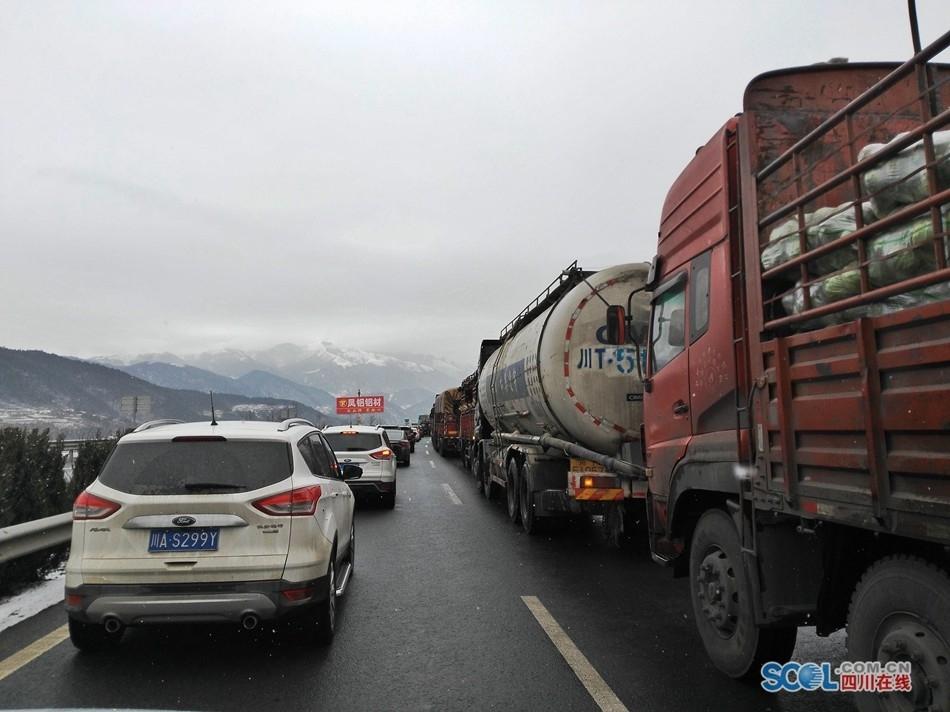 山路段降雪,从西昌往成都方向行驶的汽车将在彝海下站从栗子坪高清图片