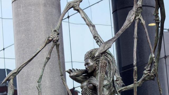 暴雪总部刀锋女王雕像图片