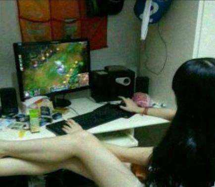 真空裸背美腿女玩家遊戲也上癮成癡糗事多
