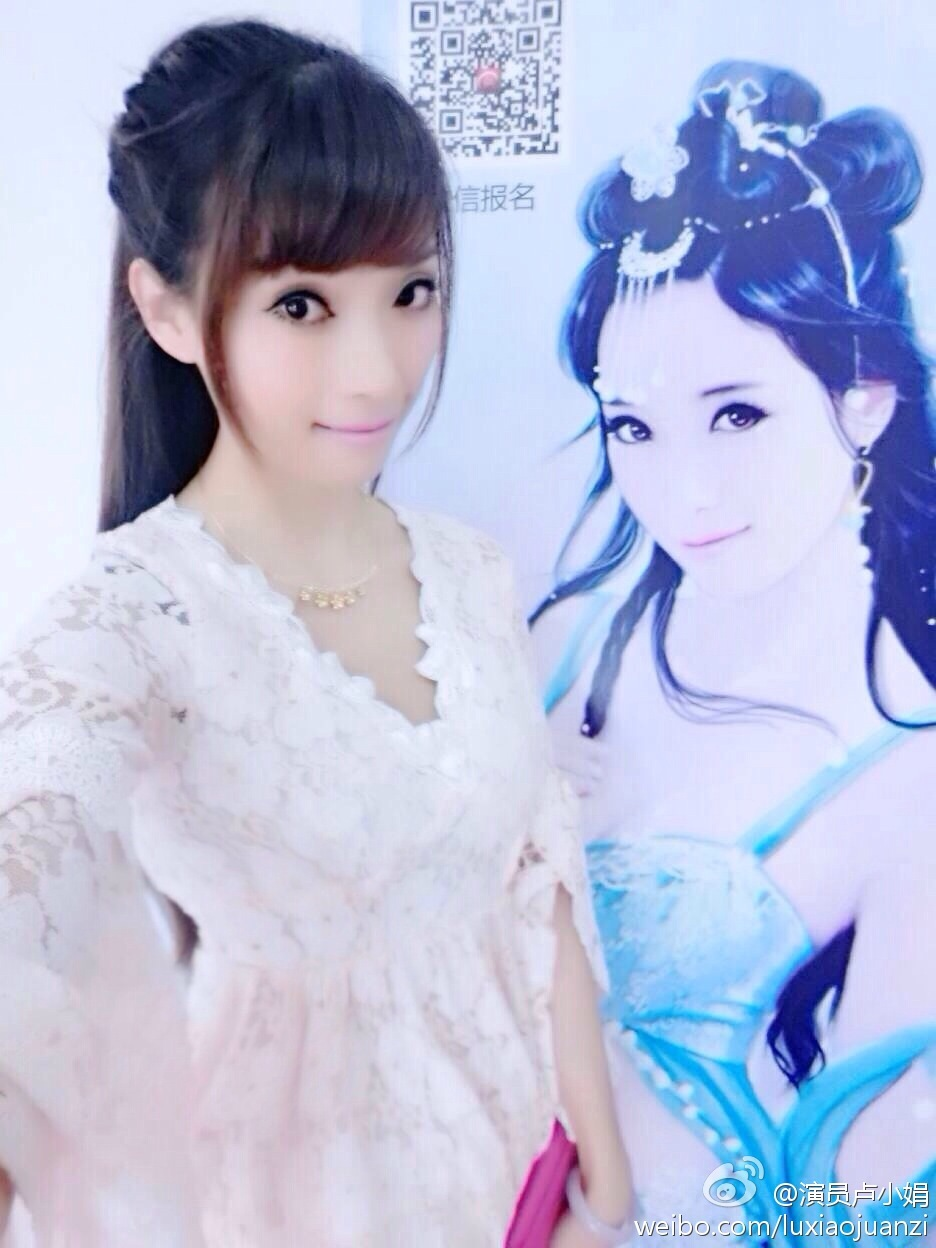 当前火爆全中国的中式萌系的大型少女偶像团体《萌萌哒天团》,在2014年开始正面挑战日本秋元康领衔制作人的少女偶像团体AKB48成功,引发百万萌军粉丝团助力的中式萌在这个夏天火爆的简直不要不要的   而在刚刚过去的7月chinajoy游戏盛典上,一群萌系妹子一歌一舞就彻底玩崩了游戏宅、单身汪们有木有?有句话怎么说的,相遇恨晚?君生卿未生,卿生君已老!   但是萌萌哒天团的制作人卢小娟(芊芊)其实早已和游戏结下不解之缘。芊芊极其喜爱游戏动漫cosplay,兴趣所致早在2012年就为游戏做代言。