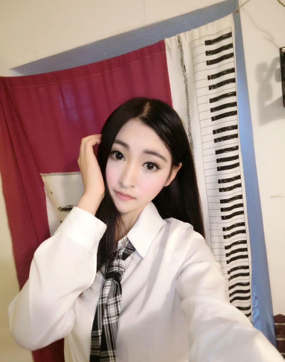 近日沈梦瑶在微博晒出了一组学生装照片,非常诱人,让小编带大家