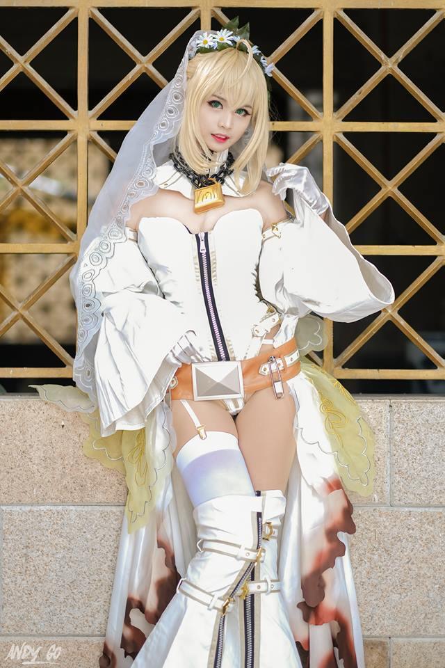 新娘尼禄是游戏《Fate/EXTRA CCC》中登场的人气角色。以纯白色衣装裹身的皇帝,在换装之后战斗风格也发生了变化。日前,一位可爱的菲律宾小姐姐cos新娘尼禄,无论从服装道具还是表情神态,都堪称完美还原,一起看看吧。