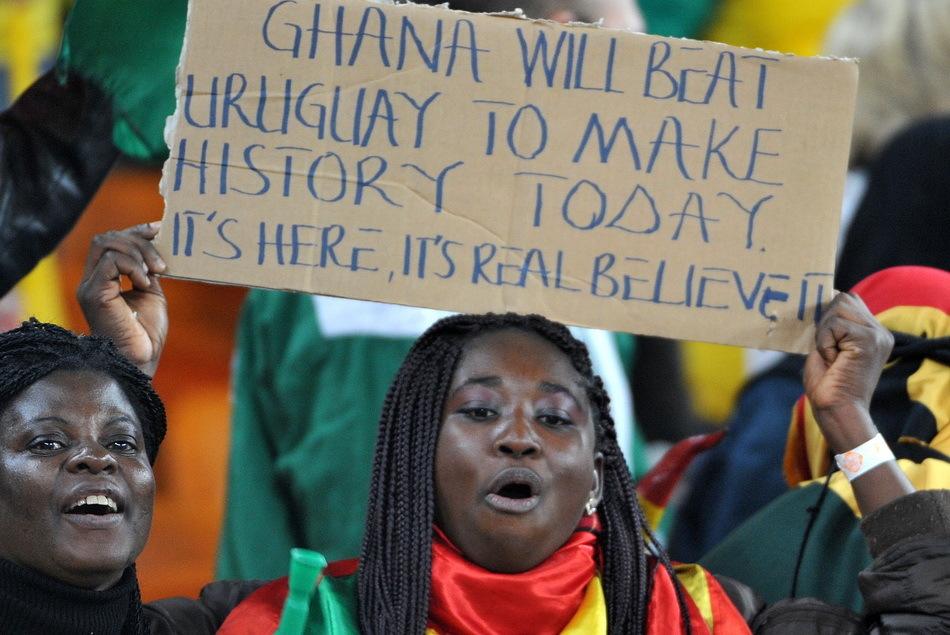 白人美女支持加纳; 德国黑人与金发美女