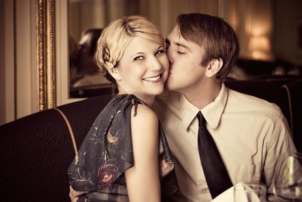 诠释.下面这些图片是不同阶段的情侣们接吻的照片,哪个更能打动