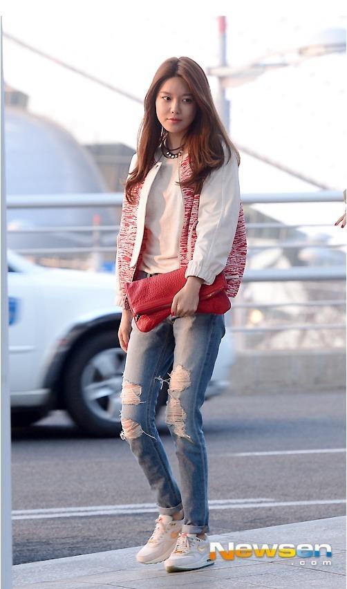 少女时代青春靓丽 机场街拍裤子卷着穿才够味