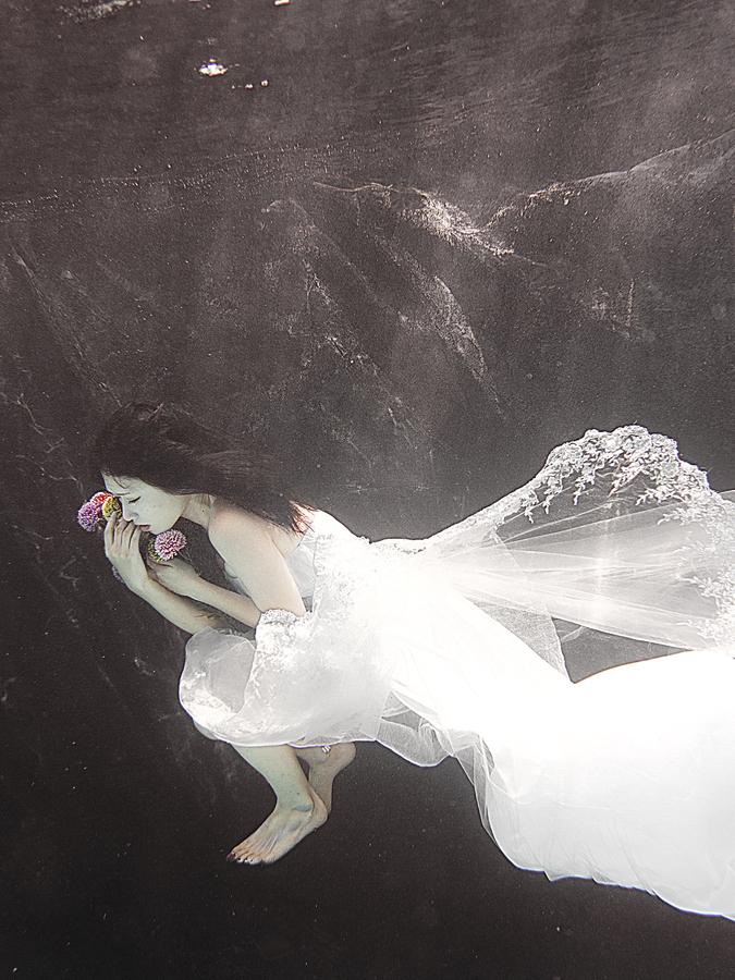 沉入水底的忧伤新娘