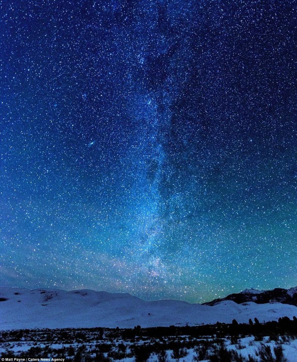 色彩斑斓的星星组成彩虹的形状,照亮了北美迷人的夜空.