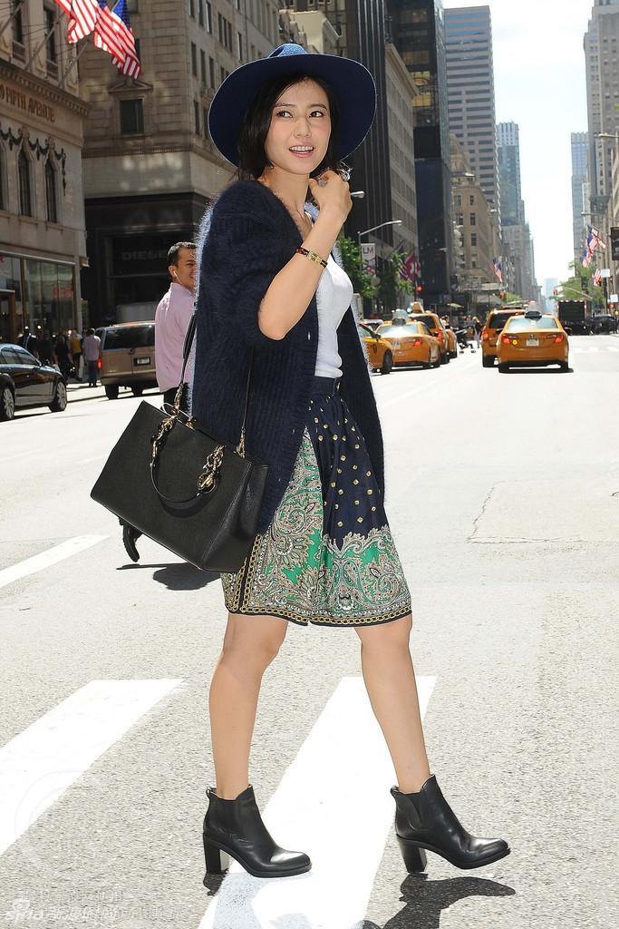 高圆圆蓝毛衫印花裙 纽约街头俏皮街拍