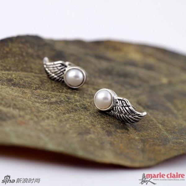 珍珠的品种主要分为在海水中生长的南洋珍珠,圆润光滑的淡水珍