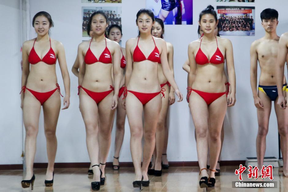 2014年12月8日,山东省青岛市,报考模特专业的艺考生备战2015年艺考