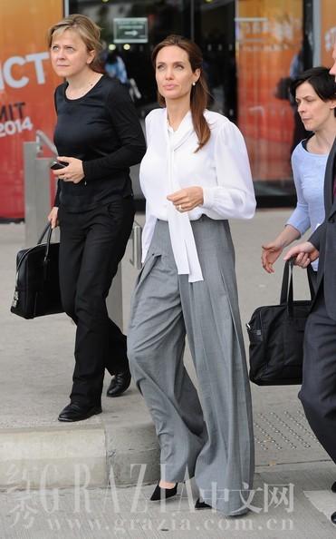 飘带也可以说是阔腿裤标配,飘带白衬衫搭配裙子是甜美范,搭配阔