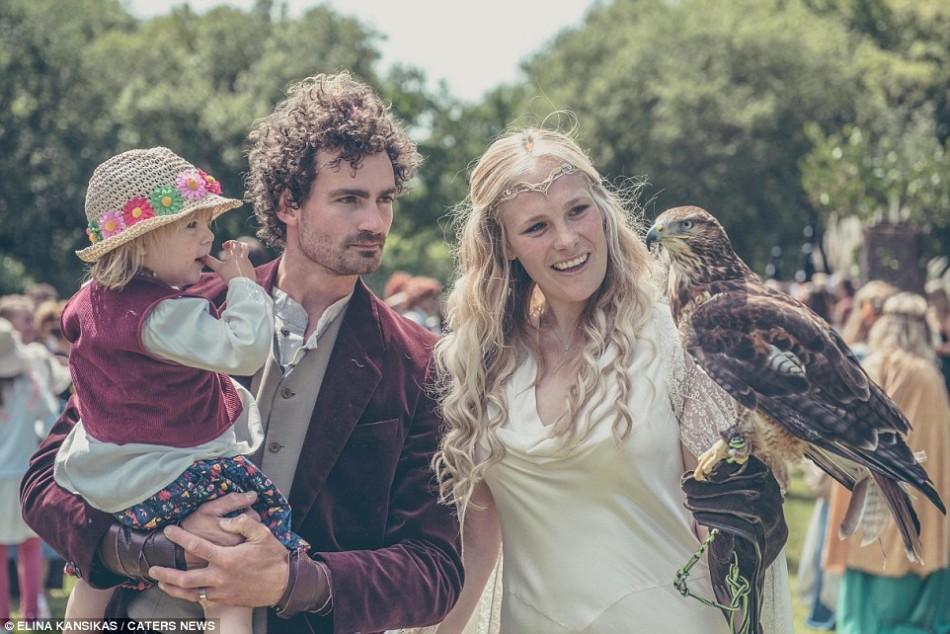 英国一对小夫妻搞了一场霍比特人的婚礼