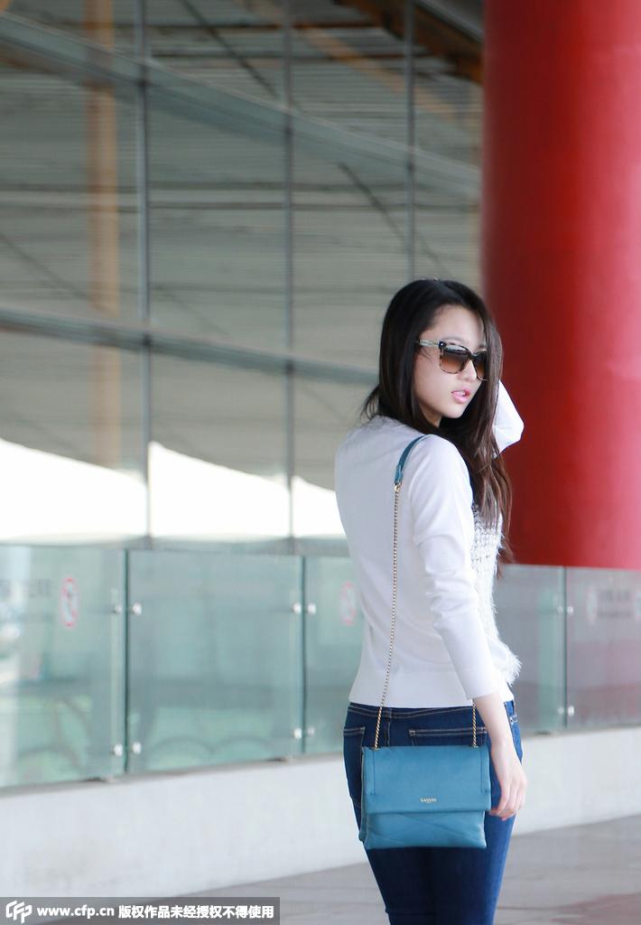 张慧雯现身机场赶赴巴黎 简约风氧气女神范十足 正在拍摄电影中国版《在世界中心呼唤爱》的90后新生代女星张慧雯,26日现身北京首都国际机场,以LANVIN品牌官方受邀华人女星的身份启程赴法参加今年10月的巴黎时装周。
